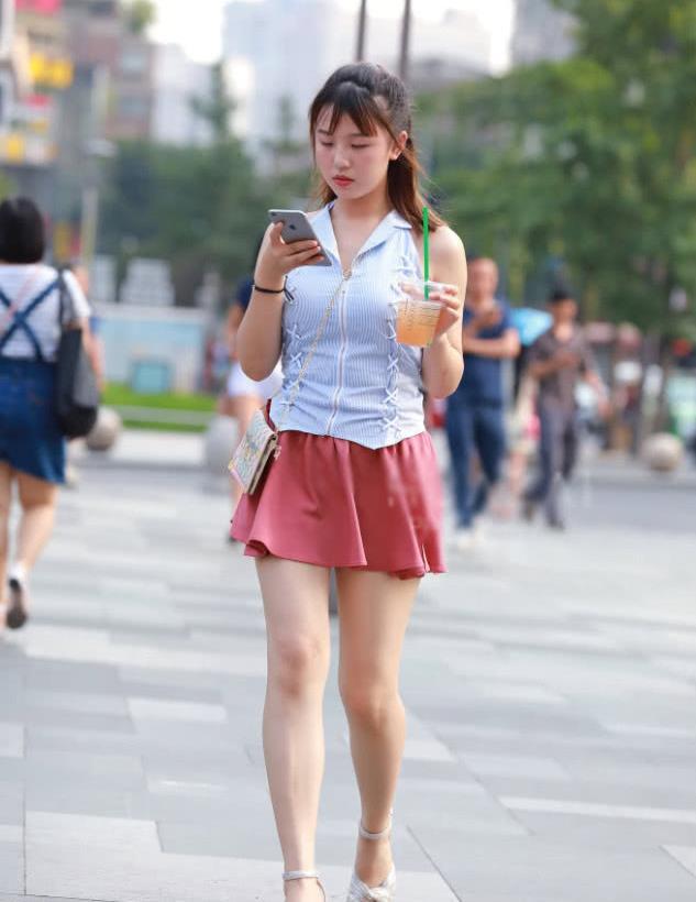 """街拍:小姐姐粉嫩""""糖糖裙"""",气质很非主流!"""