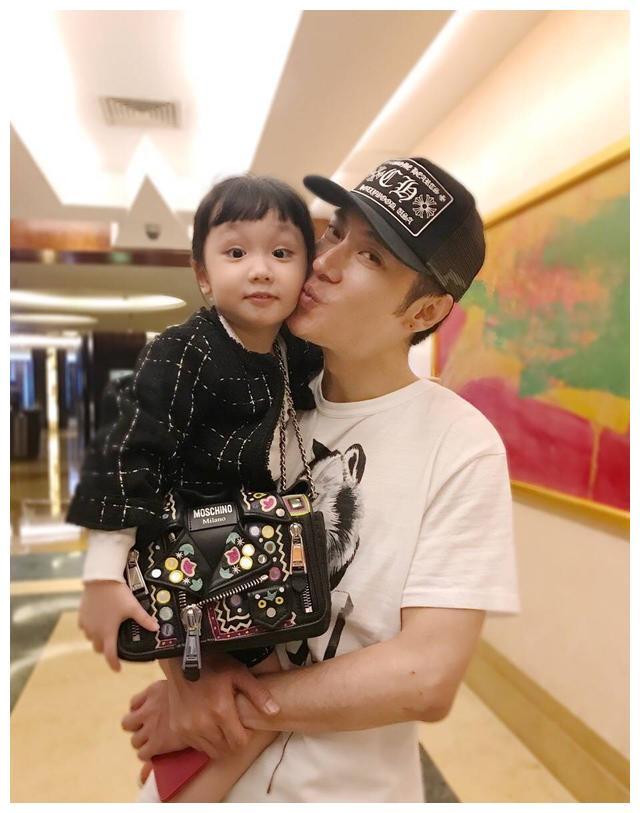 几年不见张丹峰女儿,3周岁了和洪欣一样美,除了颜值还有正能量