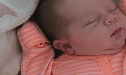 """新生儿睡觉时面露微笑,原以为在做梦,实则在向宝妈传递""""信息"""""""