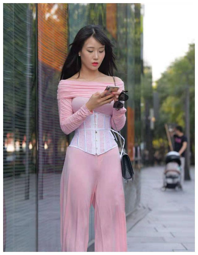 街拍:粉色紧身衣的美女,傲人的身姿摇曳出妩媚动人!插图10
