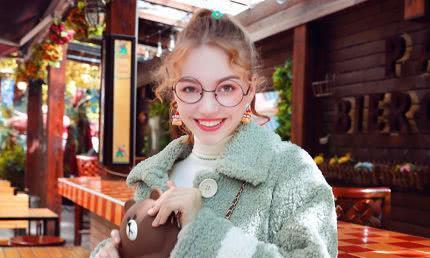 """今年特流行""""羊羔毛""""外套,适合25-40岁女人,简简单单就是美"""