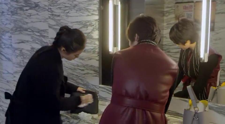 富婆上厕所遇到女孩浪费公共物资,暴脾气上来指着女孩破口大骂