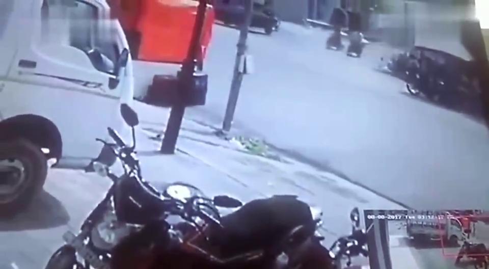 摩托车与大货车发生交通事故,视频监控事发全过程