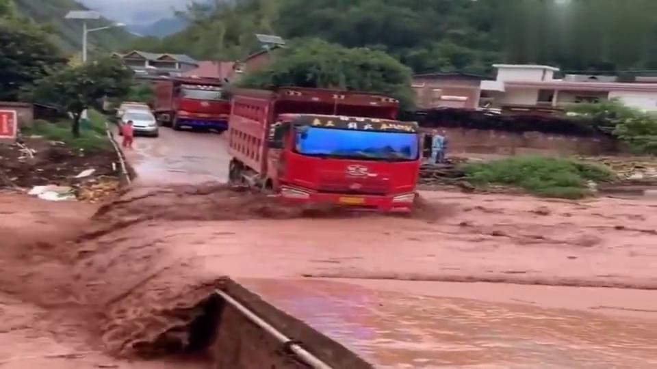 """也就大货车敢过这""""漫水桥"""",轿车的话估计就被水冲下去了!"""