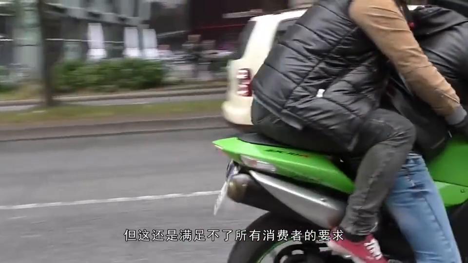 """老外将摩托车轮胎改为17个""""弹簧"""",一脚油门,门牙差点被磕光"""