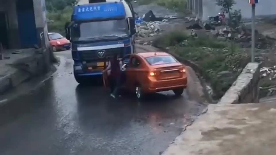 堵了大货车的路霸气女司机上车就是一脚油门货车司机无话可说