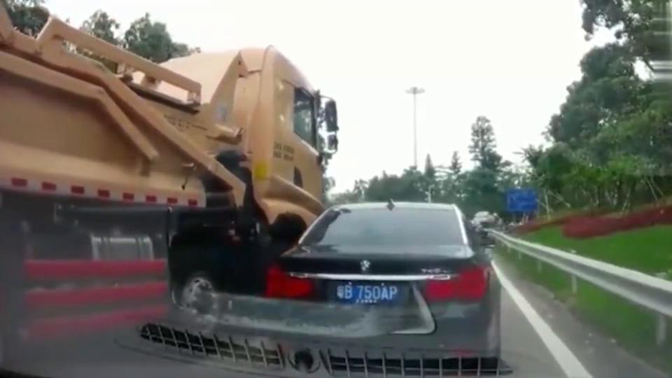 视频:行车记录仪:以为开着宝马7系就可以抢道,不自量力