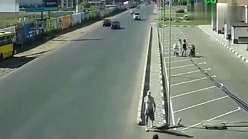 女子推着婴儿车外出,侥幸躲过死神,调取监控老公都腿软了