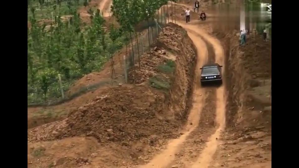 视频:实拍:桑塔纳吊打所有越野车,倒着都开上来了!