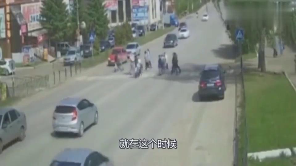 人性泯灭,鬼火少年街头横冲直撞,监拍可怕30秒