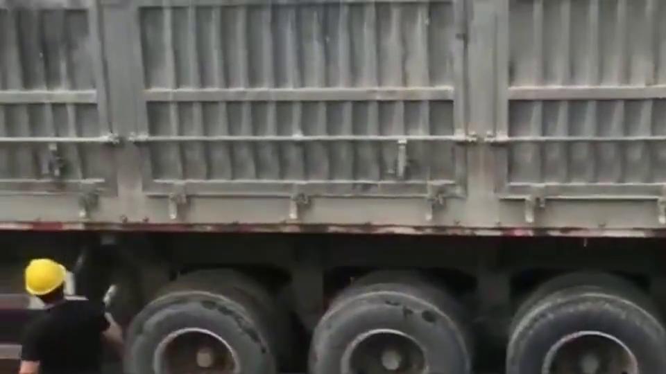 大货车司机真是不怕死,这么卸货还是第一次见,安全帽有用吗?