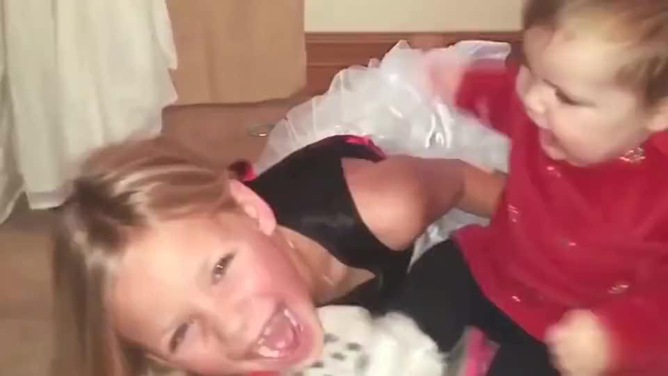 宠姐狂魔5岁弟弟误以为姐姐被打随后便怒冲上去揍人