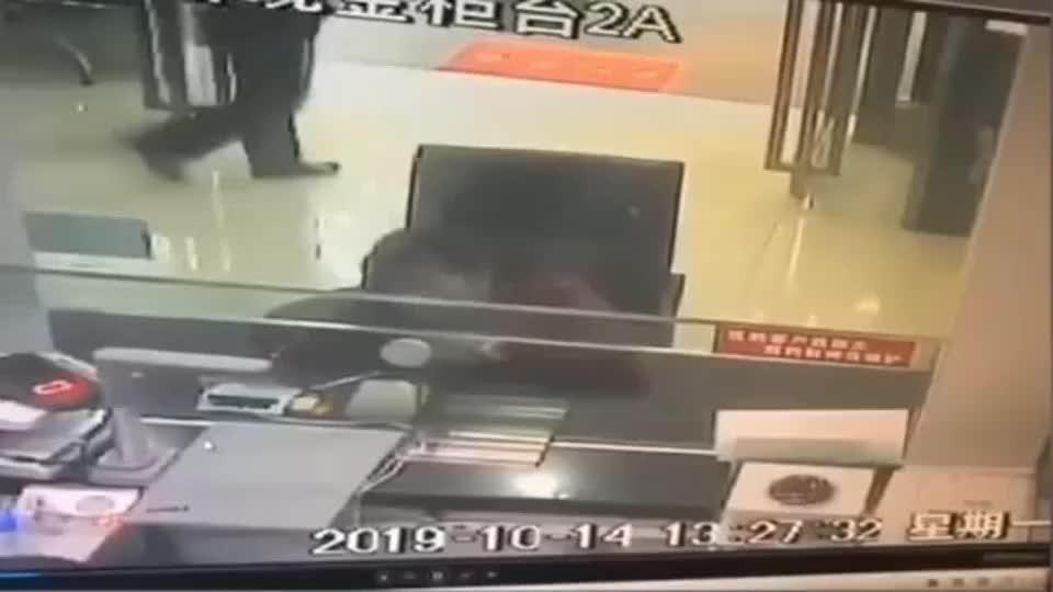 司机操作失误加快速度闯进银行
