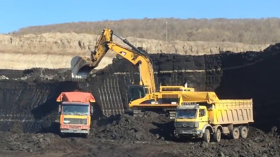 露天煤矿的卡特挖掘机给前四后八自卸车装煤,开采条件太好了