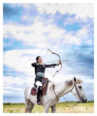 新疆美女能歌善舞,看看佟丽娅丫丫骑马靓照,可谓英姿飒爽