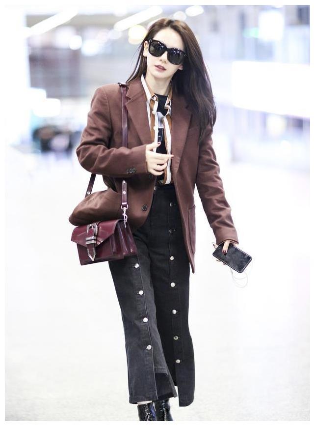 戚薇帅气现身机场,穿西服配阔腿裤御姐十足,裤子上的排扣太抢眼