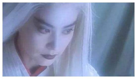 白发如雪造型,躲过了张雪迎,躲过了鞠婧祎,却被65岁的她圈粉