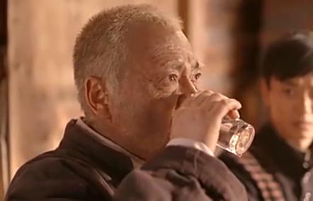 老农民:牛大胆刚喝一杯就晕,你这酒量咋变少啦!