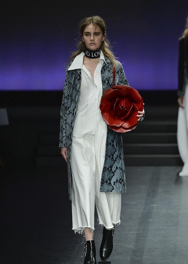 时装周:潮流服装华丽代替一成不变的穿搭,走出女性新时尚