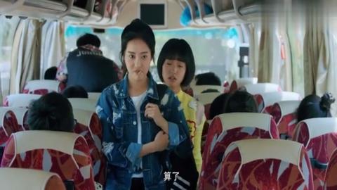 陈小希坐在了林静晓旁边,陆杨直接就把她挤走了,江辰都看笑了