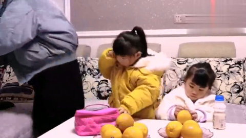 妈妈离开3岁双胞胎女儿去打工两姐妹每天抱妈妈衣服睡觉感人