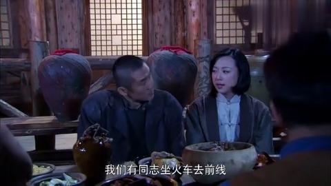 男子和美女搂搂抱抱,看到肖桂英旁边站着,吓的立马放手!