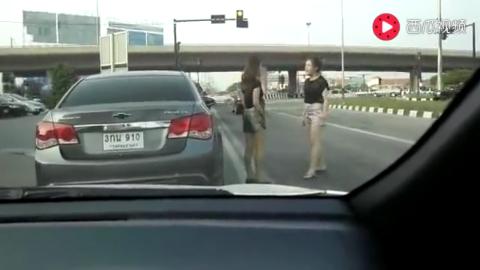 泰国女司机这么拽啊生怕违章摄像头拍不到你俩的青春吧