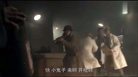 老百姓为了阻止鬼子研究武器,拿着毒气弹奋力冲锋气势逼人!