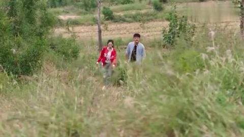 欢喜盈门:大叔带美女上山考察,结果美女不小心崴到了脚
