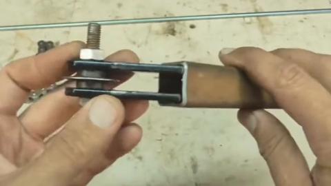 老外竟然用链条制作钢管切割器,这个手动能力要上天了呀