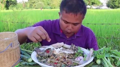 泰国大哥吃清炖罗非鱼,鱼肉用来蘸酱,好吃美味