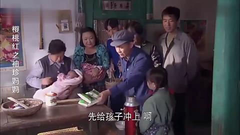 女子捡到一个弃婴带回家养着热心村民又是送衣服又是送鸡蛋