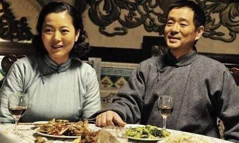 49岁王茜华和二婚老公恩爱8年,再看看她的前夫,差距一目了然