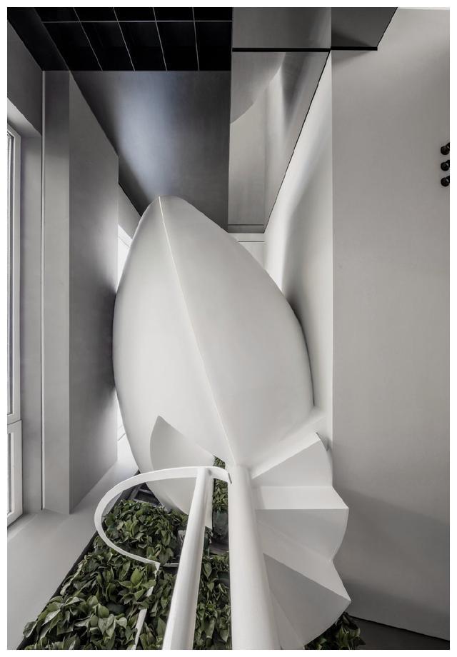 花费42.8万改造,20㎡入户花园装钢结构旋转楼梯,装修不亚于豪宅