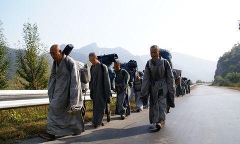 直击国内唯一肉身坐佛,佛像内包裹着和尚的遗体,脚骨清晰可见!
