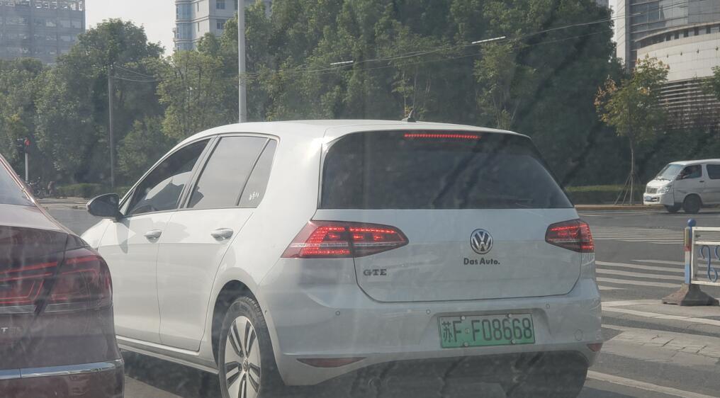 """南通工农路实拍大众高尔夫混动版,挂的新能源靓号""""08668""""!"""