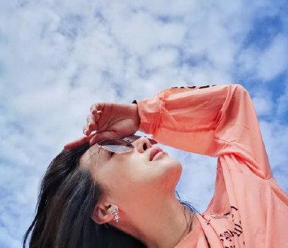 陈紫函私服街拍:穿橙色衬衣青春靓丽,搭配热裤轻而易举增高显瘦