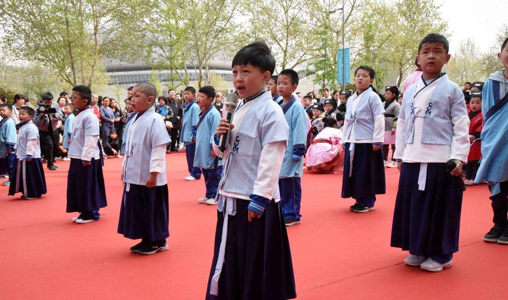 """百名萌娃""""穿越""""体验开笔礼,近距离感受中国传统文化"""