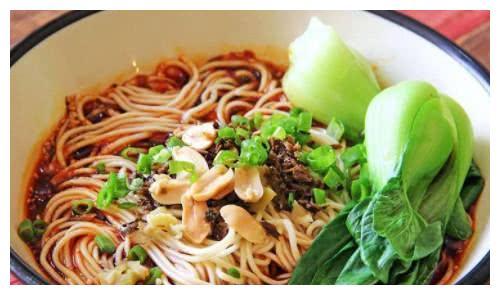 如果现在给你一双筷子,这4碗面条选一种当晚餐,你会选择吃哪种
