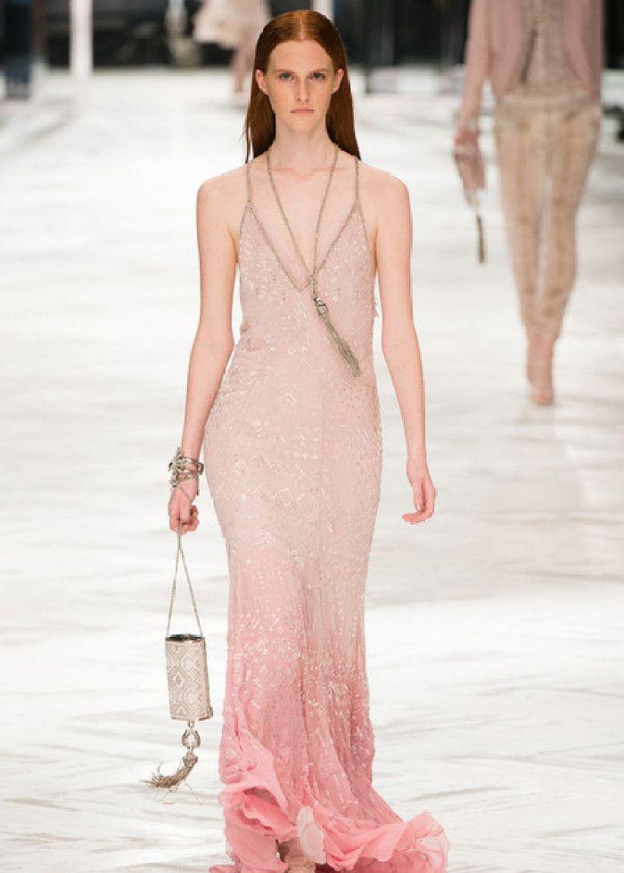 时装秀:造型流露时尚感,搭配尽显潮流女性韵味,模特优雅有仙气