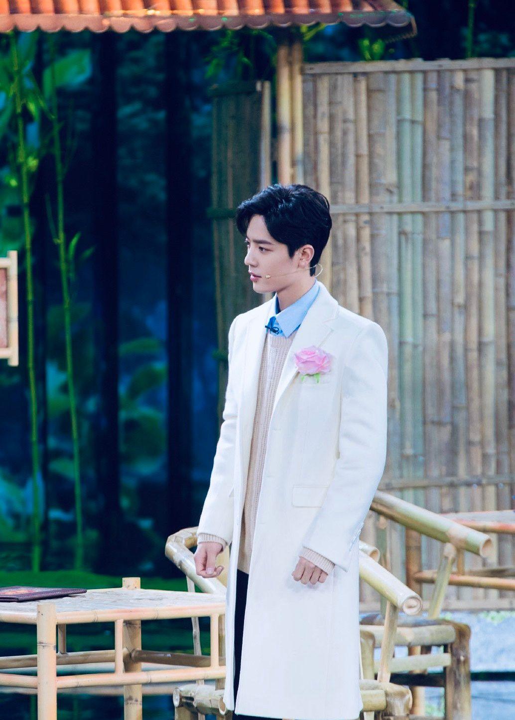 肖战:春晚上的白色西装少年,百看不厌