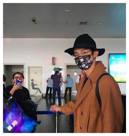 汪东城现身机场,网友在福建这么穿一定会被认出来!