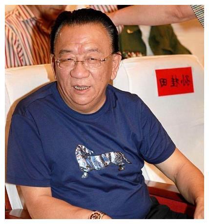 72岁侯耀华现身机场打扮很潮,曾因与女徒弟太亲密惹绯闻