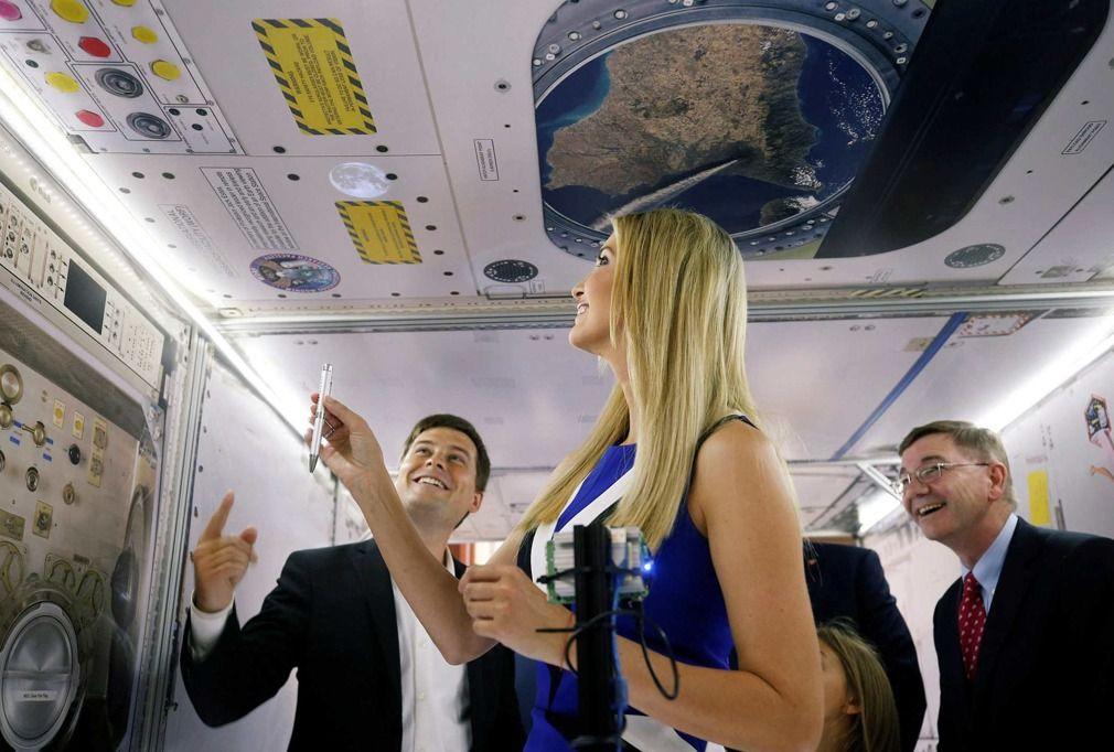 """美国""""第一闺女""""伊万卡参观模拟空间站 现场""""秀肌肉"""""""