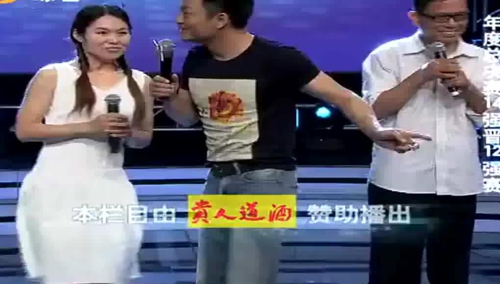 田慧武文表演热恋情侣走路武文跪地擦鞋观众笑不停