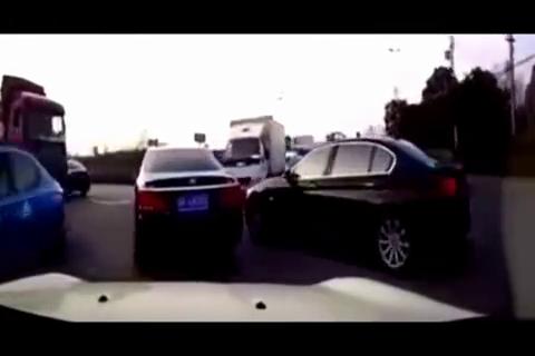如此别车!女司机惊慌失措直接撞飞,且行且谨慎
