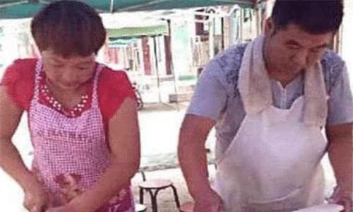 王宝强身价上亿,亲哥哥却在村头卖葱油饼?哥哥的回答太扎心
