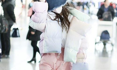 """baby穿""""棉花糖""""羽绒服凹造型,抬手的一瞬间,感觉甜甜的"""