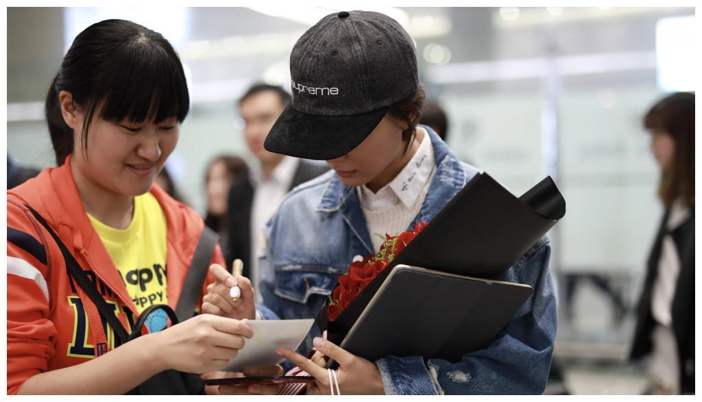中国内地女演员王珞丹在上海某机场出现