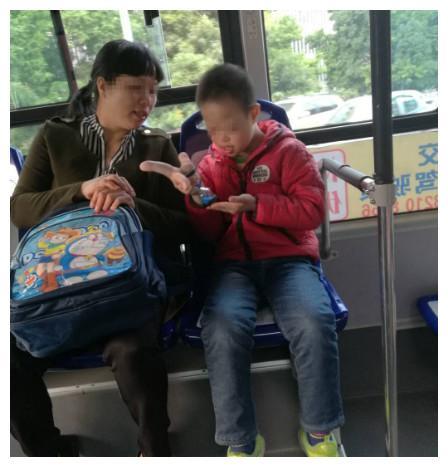 """直击:公交车上,男孩的言行举止让我们痛心,不""""平凡""""的母子"""